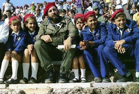 Fidel junto a pioneros cubanos, siempre fue un hombre que le gustaba estar cerca de la juventud. Foto: Archivo.