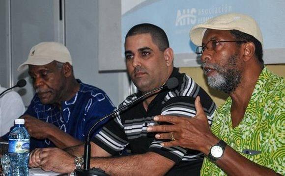 El intelectual James Early (D),  interviene durante el encuentro del actor estadounidense Danny Glover (I), con  jóvenes en el Pabellón Cuba, en  La Habana, el 28 de diciembre de 2016.       ACN  FOTO/ Ariel Cecilio LEMUS ALVAREZ DE LA CAMPA/ rrcc