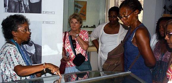 Luisa muestra algunos de los documentos que guarda el Museo a una delegación de estadounidense que se encontraba de visita. Foto: José Raúl Concepción/ Cubadebate.