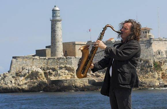 Músico ensaya frente al Morro. Foto: Heriberto González Brito.