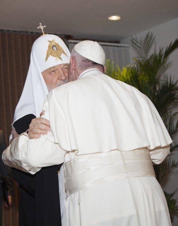 El primer abrazo de un Papa y un Patriarca en mil años. Foto: Ismael Francisco/ Cubadebate