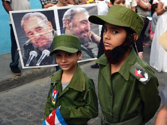 Niños camagüeyanos participando en el desfile pioneril martiano en homenaje al Apóstol cubano José Martí, en el aniversario 164 de su natalicio, y en recordación al líder histórico de la Revolución cubana, Fidel Castro, el 28 de enero de 2017. Foto: Rodolfo Blanco/ ACN.