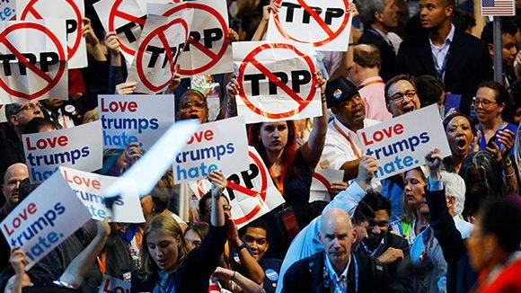 Delegados con pancartas contra el TPP durante la Convención Nacional Demócrata en Filadelfia (Pensilvania), el pasado 25 de julio. Foto: Scott Audette/ Reuters.