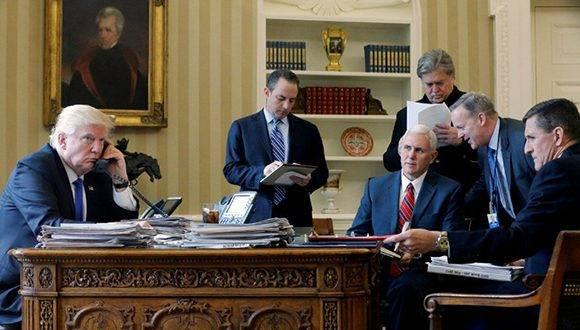 Donald Trump habla por teléfono con Vladímir Putin, el 28 de enero de 2017. Foto: Jonathan Ernst/ Reuters.