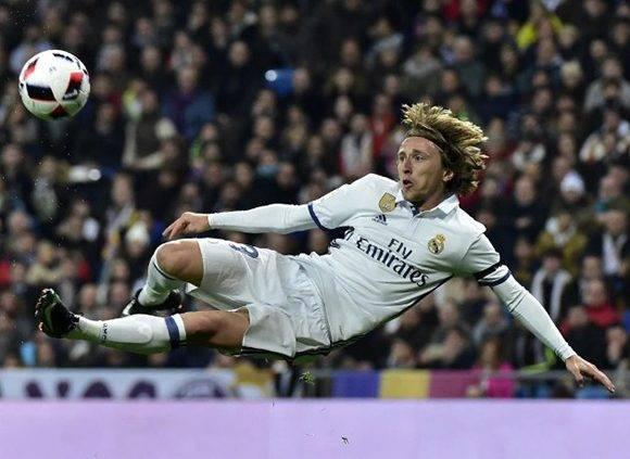 Modric intenta marcar un golazo de media volea, pero el disparo fue al poste. Foto tomada de Marca.