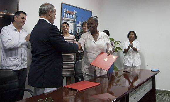 Ambos empresarios estrechan sus manos luego de firmado el acuerdo que permite la primera exportación de Cuba a Estados Unidos en cinco décadas. Foto. Ladyrene Pérez/ Cubadebate.