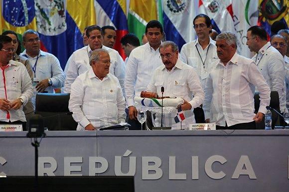 El presidente de República Dominicana, Danilo Medina, entrega presidencia pro tempore al jefe de Estado de El Salvador, Salvador Sánchez Serén. Foto: @PresidenciaRD/ Twitter.