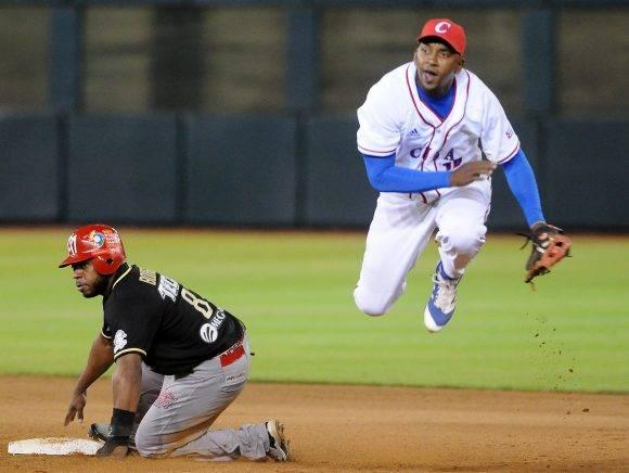 Jugada en 2da base de doble play.  Ayala en acción. Foto: Ricardo López Hevia / Granma / Cubadebate