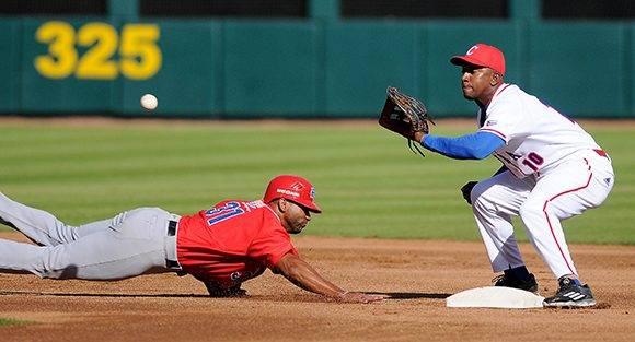 Beisbol-Serie del Caribe-Culiacan segundo partido previa del partido aficionados con los atletas. Jugada en segunda base Alexander Ayala. Foto: Ricardo López Hevia.