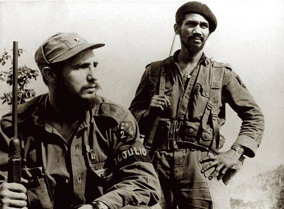 En El Coco, Sierra Maestra, Fidel Castro y Juan Almeida Bosque, en octubre de 1957. Fuente: Libro