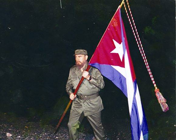 https://i1.wp.com/media.cubadebate.cu/wp-content/uploads/2017/02/fidel-castro-bandera-cubana-580x464.jpg