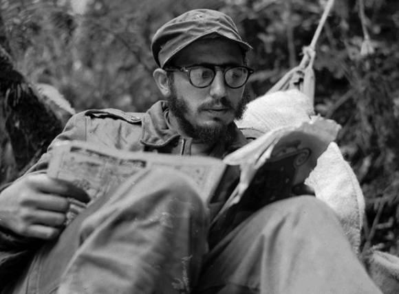 Fidel était un lecteur avide et a stimulé l'habitude de la littérature sur le peuple cubain. L'image est de 1957 dans la Sierra Maestra. Source. Fidel soldat des idées.
