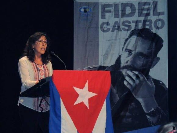 La socióloga Angeles Diez habló en el homenaje. Foto: Página de Facebook del Embajador de Cuba en España