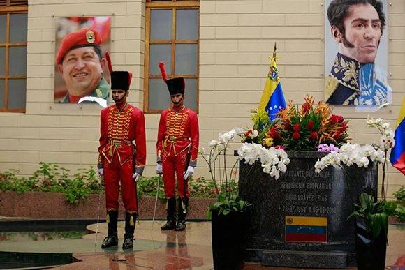 El Tren Ejecutivo del Gobierno Nacional rinde tributo al Comandante Chávez en el Cuartel de la Montaña. Foto: Twitter/ @ViceVenezuela