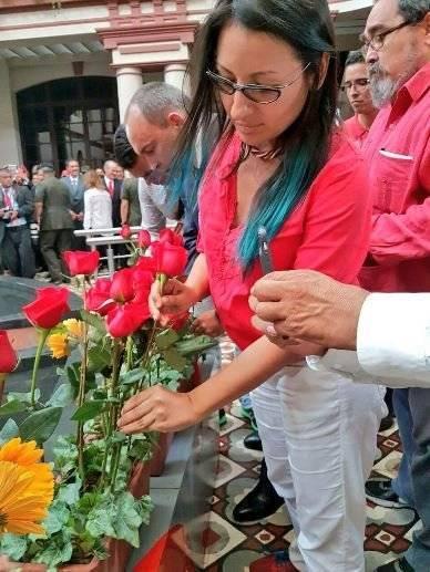 Brigadistas de la Misión Robert Serra dejan una rosa para Chávez. Foto: Twitter/ @MRobertSerra