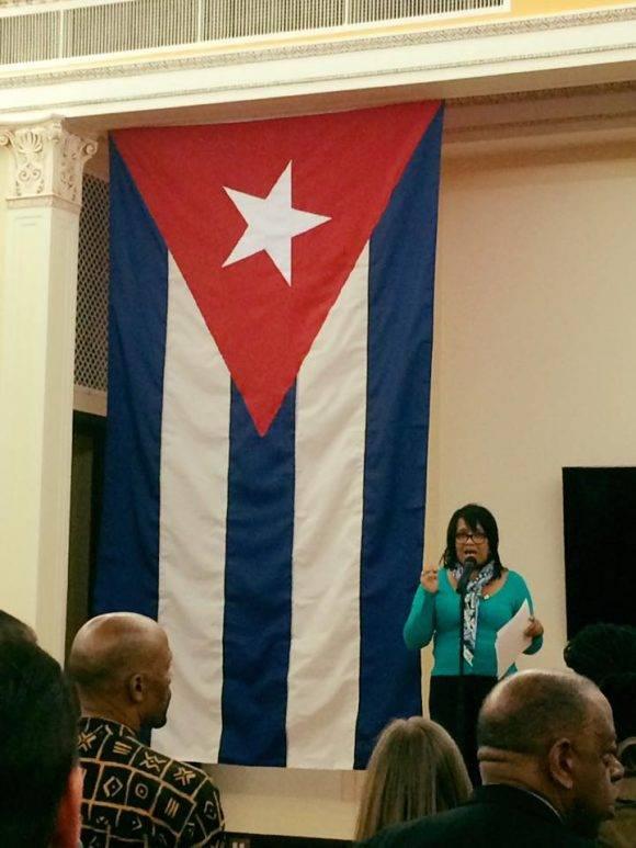 La embajadora cubana ante la ONU Anayansi Rodríguez le habla a los participantes en el encuentro solidario. Foto: Página de Facebook de Helen Yaffe