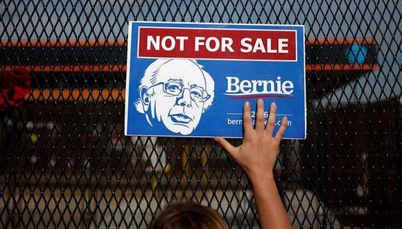 """""""Es imposible no sentirse cautivado por un hombre que parece tan auténtico"""",. Sanders sorprendió en las primarias cuando su creciente popularidad complicó unas elecciones """"fáciles"""" para Hillary Clinton. Foto: Adrees Latif/ Reuters."""