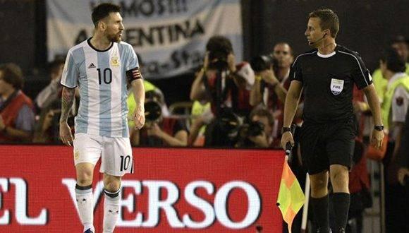 Lionel Messi se perderá tres de los cuatro partidos que le restan a la selección argentina en la difícil lucha por clasificar para el Mundial. Foto: Juan Mabromata/ AFP.