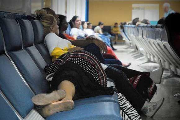 La demora en los vuelos puede ser tan larga que los pasajeros se ven obligados a dormir en el aeropuerto. Foto: ACN/ Juan Pablo Carreras.