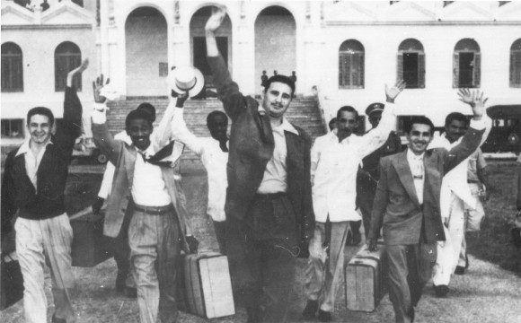 A la salida del Presidio Modelo de la Isla de Pinos, con sus compañeros moncadistas. Fuente: Oficina de Asuntos Históricos del Consejo de Estado/ Fidel Soldado de las Ideas, 15 de mayo de 1955