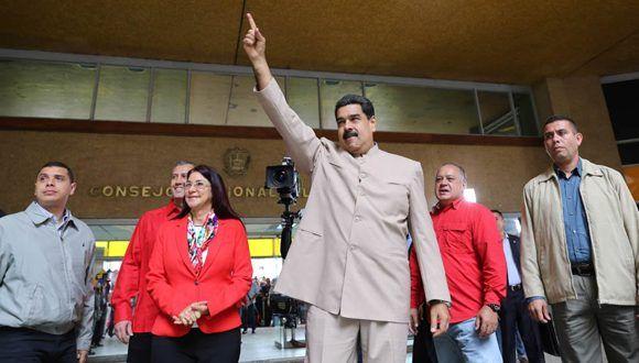 """""""¿Querían elecciones? ¡Vamos a elecciones! ¿Querían votar? ¡Vamos a votar!"""", dijo Maduro en la sede del Consejo Nacional Electoral. Foto: @PresidencialVen/ Twitter."""