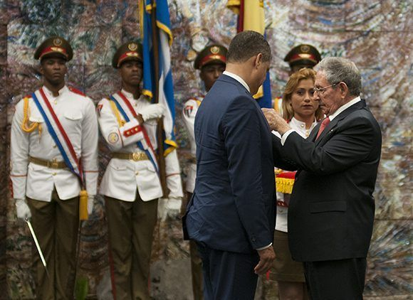 El presidente cubano Raúl Castro impuso a Rafael Correa la Orden José Martí. Foto: Irene Pérez/ Cubadebate.