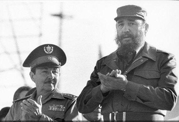 Raúl y Fidel en un acto por el 18 aniversario del desembarco del Granma en 1982. Foto: Fidel Soldado de las Ideas.