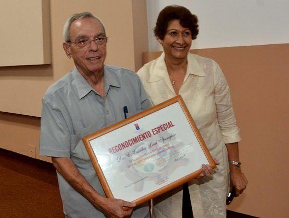 El Dr. Eusebio Leal Spengler (I), Historiador de La Habana, recibe un Reconocimiento Especial de manos de la  Dra. C. Ena Elsa Velázquez Cobiella (D), ministra de Educación de Cuba, en el Primer Taller Internacional de Secundaria Básica, en el Palacio de las Convenciones, en La Habana, el 23 de junio de 2017.  Foto: ACN/ Marcelino Vázquez.