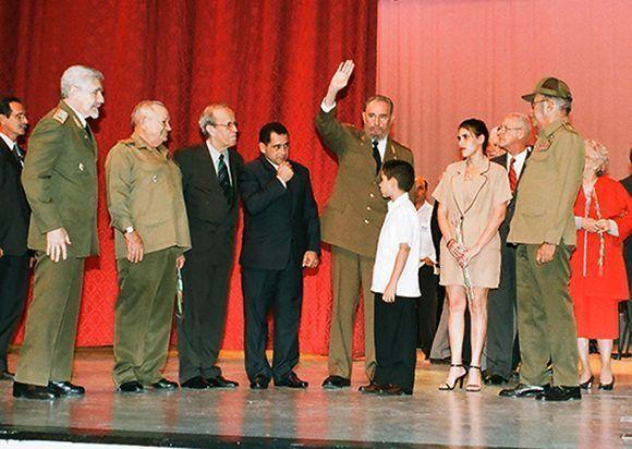 Fidel saluda a los participantes en el acto por el 45 aniversario de la Revolución Cubana. Junto a él, Elián González y su familia, así como otros héroes y dirigentes. Foto:Estudios Revolución.