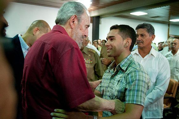 """Durante la presentación del libro: """"La victoria estrátegica"""" Fidel saluda a Elián González. Foto:Roberto Chile."""