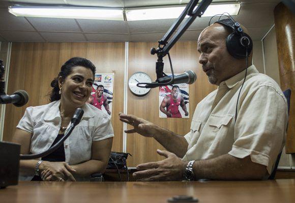 Emocionados y felices, Gerardo y Adriana comparten anécdotas de su amor. Foto: L Eduardo Domínguez/ Cubadebate.