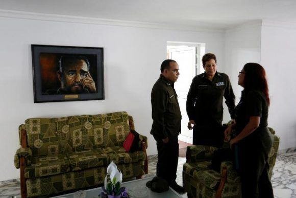 Los oficiales del Ministerio del Interior de Cuba Tenientes Coroneles Imandra Oceguera, Marco Rodriguez y Dalgys Lamorut conversan después de la entrevista con Reuters en La Habana, el 31 de mayo de 2017. Foto: RUTERS/Stringer