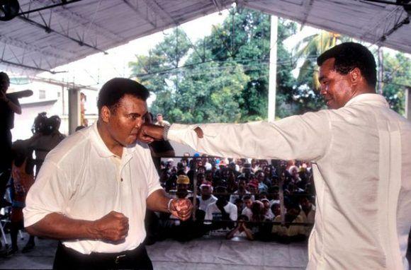Stevenson acompañó a Ali en su visita a La Habana. Foto: Mirror.