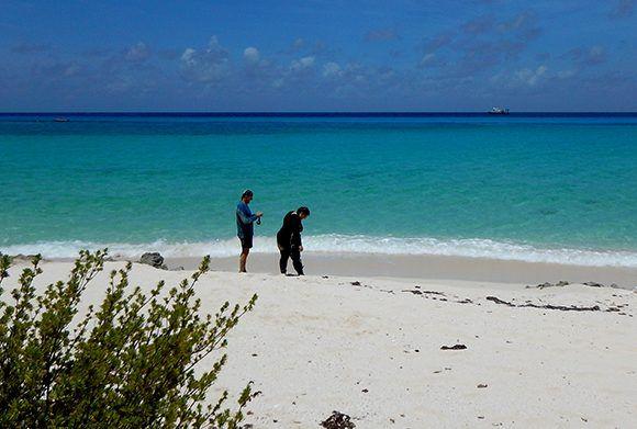 Al pasar por Guanahacabibes, los expertos de mar no resistieron la tentación del paisaje y bucearon con esnórquel. Foto: Patricia González/ ICIMAR.
