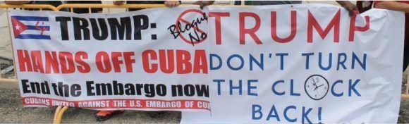Trump, manos fuera de Cuba, dice un cartel que un grupo de manifestantes enarbolaban cerca del lugar donde el presidente estadounidense daba su discurso. Foto: Tomada de Twittter