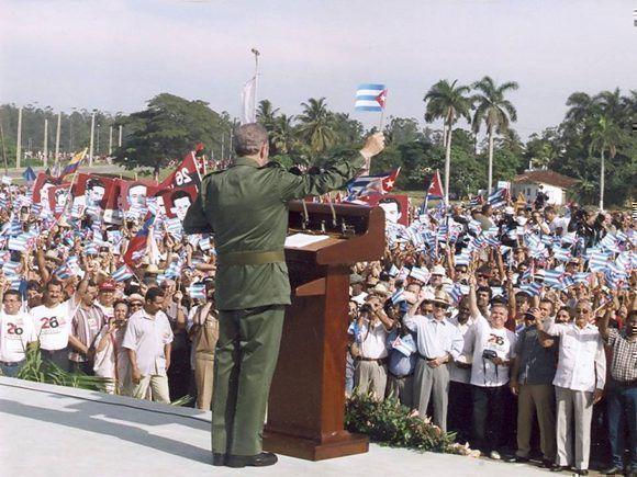 Pronuncia discurso en la Tribuna Abierta en conmemoración del aniversario 47 del asalto al cuartel Moncada el 26 de julio de 1953, en la Plaza Provisional de la Revolución en Pinar del Río, 5 de agosto de 2000. Foto: Estudios Revolución / Sitio Fidel Soldado de las Ideas.