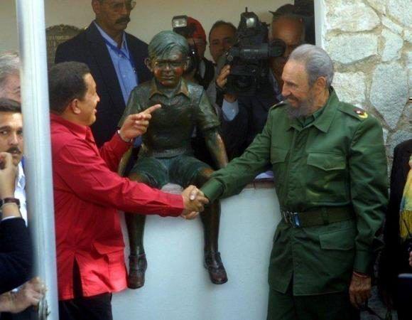 Fidel y Chávez junto la estatua de bronce que recuerda al Che a los 8 años . Foto: Cortesía del autor.