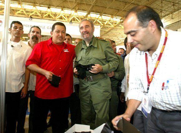 Recorrido junto a Chávez por Expocuba en ocasión de la primera reunión Cuba - Venezuela para la aplicación de la Alternativa Bolivariana para las Américas (ALBA) con sede en este recinto ferial, 28 de abril de 2005. Foto: Agencia de Información Nacional (AIN)/Fidel Soldado de las Ideas.