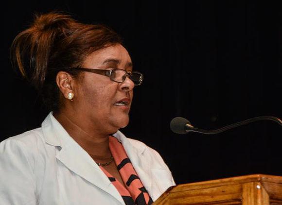 Intervención de la Dra. Maritza González Bravo, Vicerrectora Académica de la Escuela Latinoamericana de Medicina, durante el acto por la décimo tercera graduación de la ELAM, en La Habana, el 21 de julio de 2017. Foto: Marcelino Vázquez/ ACN.