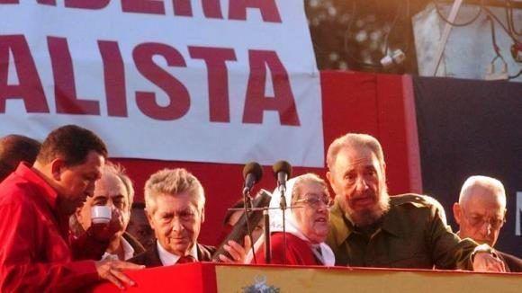 Fidel acompañado de Chávez y Hebe de Bonafini, líder de  las Madres de Plaza de Mayo. Foto: Cortesía del autor.