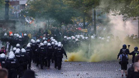 Los antidisturbios entre gases lacrimógenos en la protesta de Hamburgo. Foto: Odd Andersen.