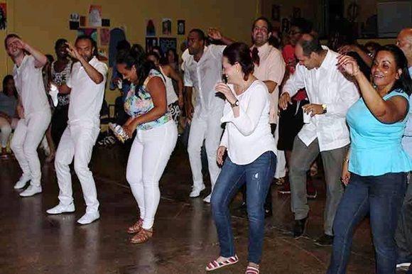 Hasta el menos avezado en cuestiones de bailes se animó a mover su cuerpo por el contagio musical.