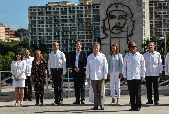 Acompañado por el vicecanciller cubano Rogelio Sierra, el Jefe de Estado suramericano también recorrió el interior del Memorial José Martí. Foto: Marcelino Vázquez Hernández/ ACN.