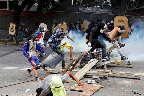 Varios manifestantes durante una protesta contra el Gobierno de Maduro en Caracas, Venezuela, el 26 de julio de 2017. Foto:Carlos Garcia Rawlin/ Reuters.