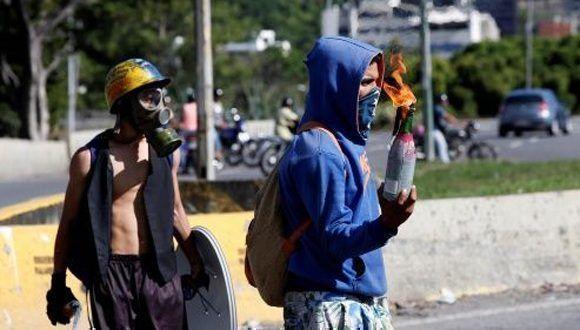 """Un joven venezolano aseguró haber recibido diferente tipos de drogas, que la mayoría consumía en las manifestaciones de la oposición y los hacía """"hacer locuras"""". Foto: Reuters."""
