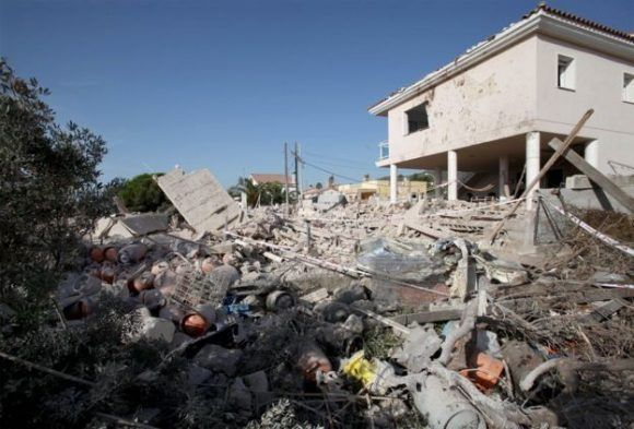 En la casa de Alcanar las autoridades recolectaron unos 120 cilindros o tanques de gas doméstico.