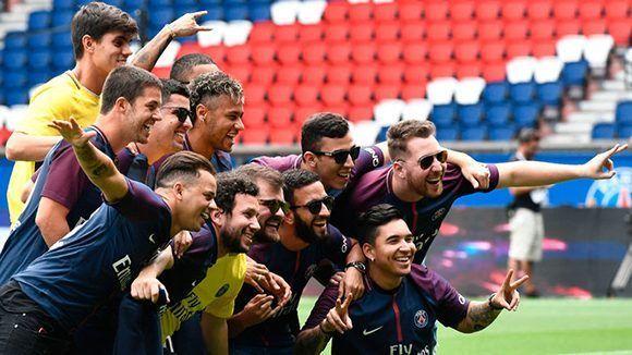 Neymar con sus amigos durante su presentación con el PSG. Foto tomada de Marca.