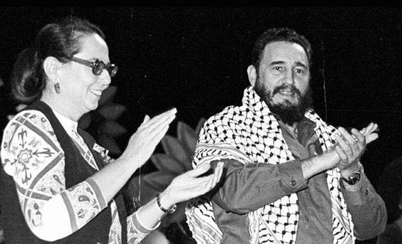 Junto a Vilma Espín durante el acto de clausura del II Congreso de la Federación de Mujeres Cubanas (FMC). La Habana, el 29 de noviembre de 1974. Autor: Liborio Noval. Foto: Sitio Fidel Soldado de las Ideas