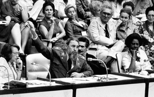 En la clausura del IV Congreso de la FMC, junto a la compañera Vilma Espín, presidente de la FMC y el Comandante de la Revolución Ramiro Valdés, el 8 de marzo de 1985. Foto: Juventud Rebelde/ Sitio Fidel Soldado de las Ideas