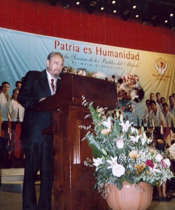 Fidel habla en la Primera Graduación de la Escuela Latinoamericana de Medicina, 20 de agosto de 2005. Foto: Estudios Revolución / Sitio Fidel Soldado de las Ideas